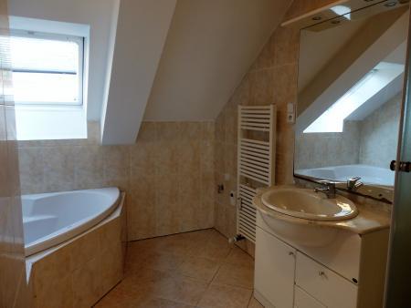 koupelna s rohovou vanou a sprchovým koutem - Byt k pronájmu Praha